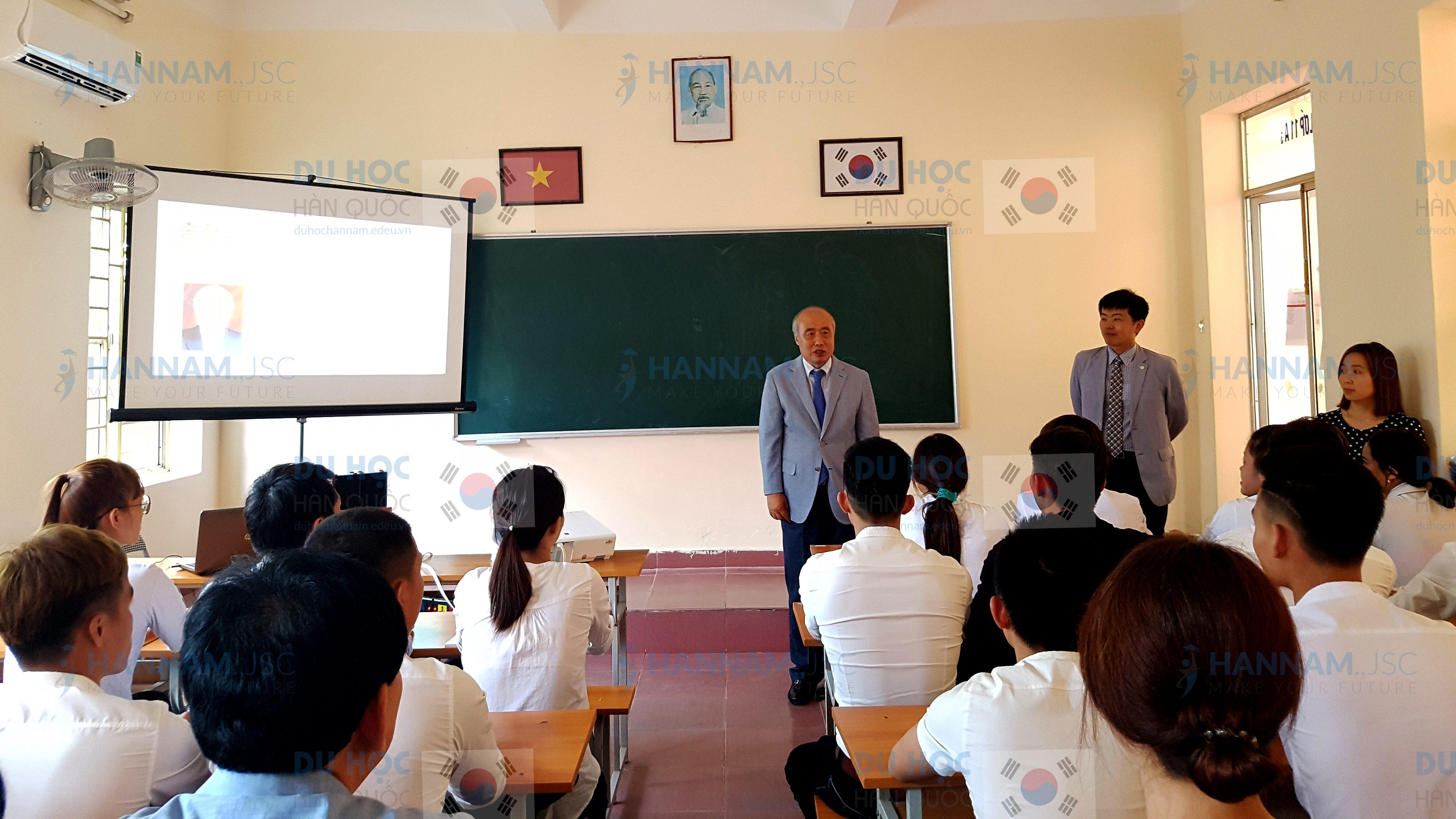 Hiệu trưởng Chung Sung Bong nói chuyện với du học sinh Hannam