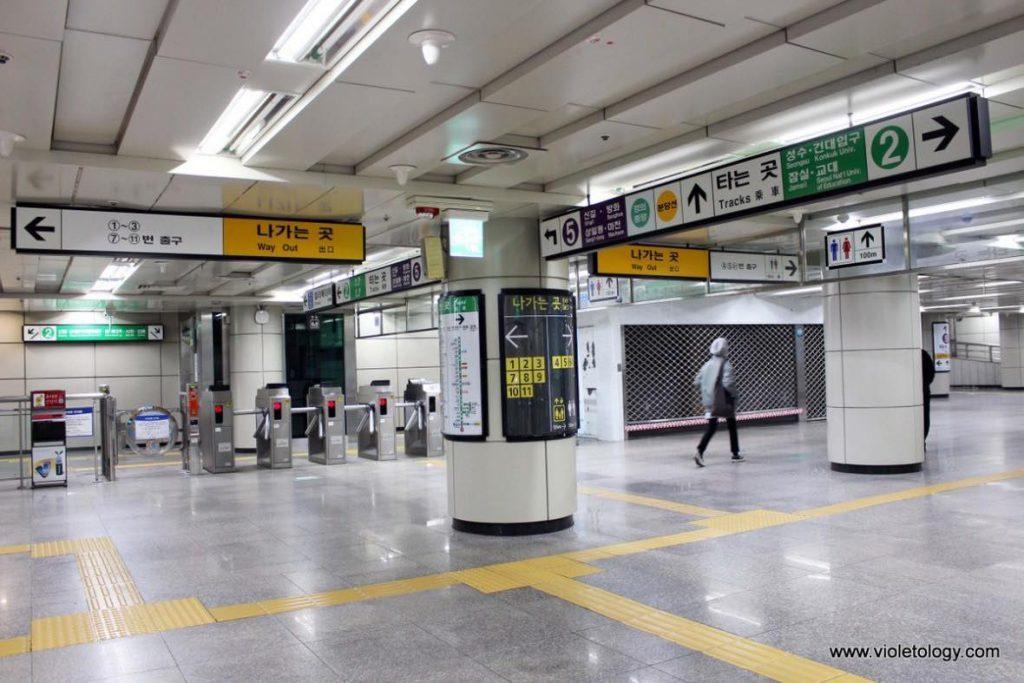 Bảng chỉ dẫn tại các ga tàu